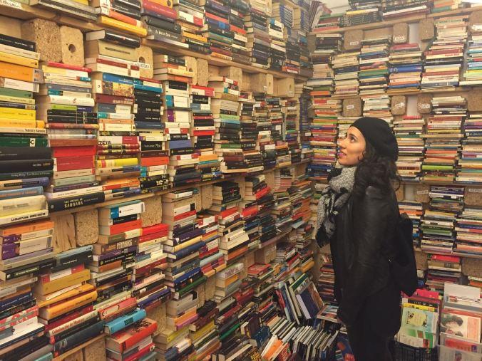Imagen de chica con libros en estanterías
