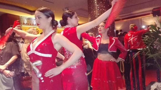 chicas vestidas de rojo bailando