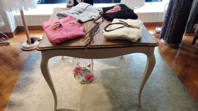 mesa con prendas