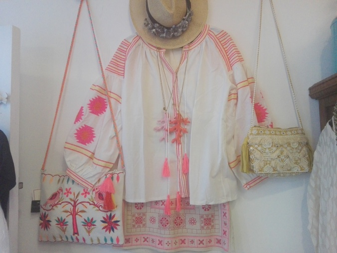 Camisa, somrero y bolso en el interior de la tienda